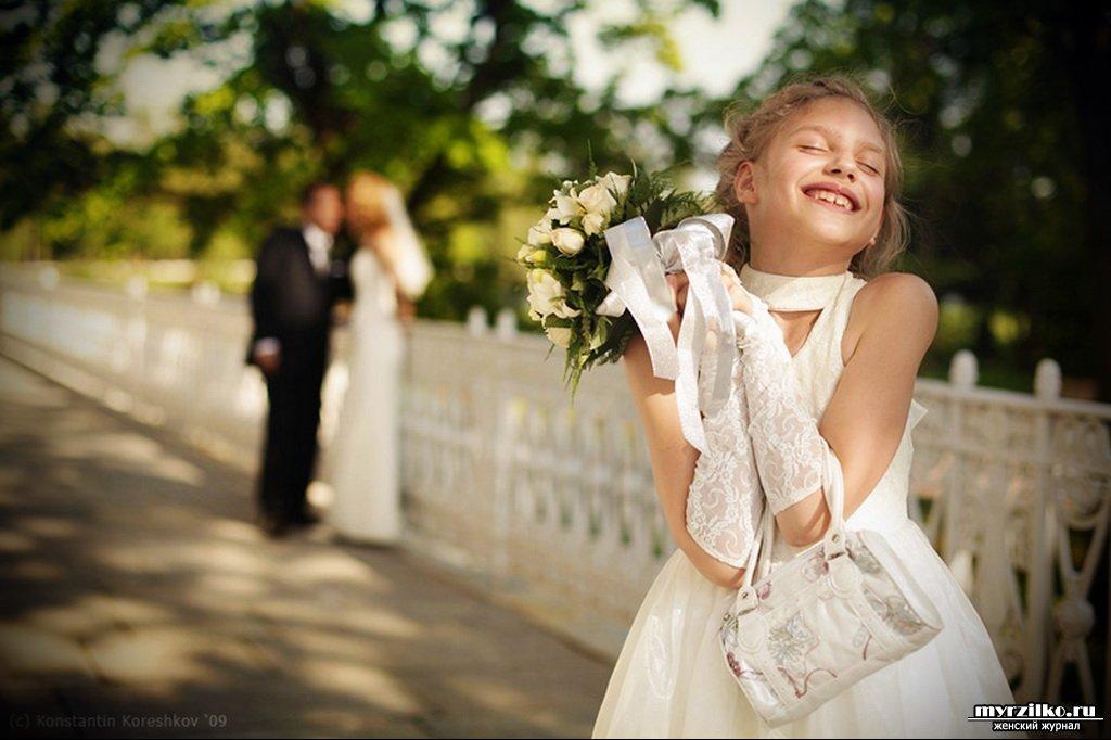 Удачное замужество: девочка в белом платье с цветами
